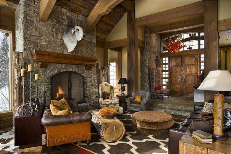 soggiorno-rustico-camino-in-pietra-divano-pelle-pavimento-tappeto-travi-legno