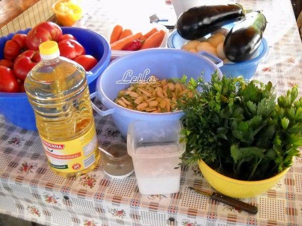 INGREDIENTE 1 PORTIE: 1 litru ulei, 3 kg ceapa, 2 kg ardei grasi, 1 kg morcovi, 7 kg rosii, 1 kg fasole verde cruda, 2 buc vinete mari, 1 legatura mare frunze telina, 1 legatura mare frunze patrunjel, 2 bucati ardei iute (facultativ), Sare grunjoasa ( sa nu fie iodata ), piper dupa gust, 1