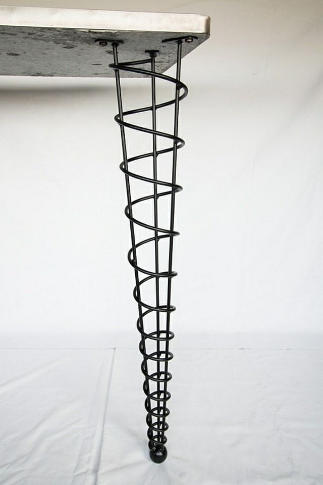 Un Pied De Table Metallique En Spirale Pieds De Table Pied De Table Metal Et Table Metal