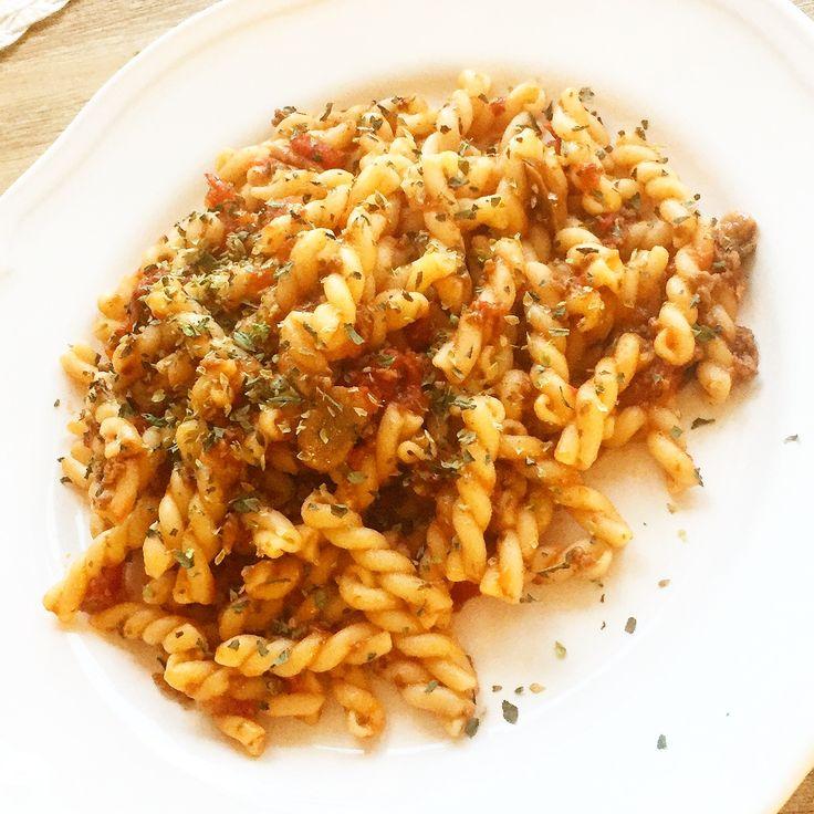 Fördelen med att man har ett matlagningsintresse och därmed lagar mycket mat är frysen också fylls med godsakerna!👨🍳😀😍👍👌🍴🍽 Ikväll blir det en bolognese från långkok (recept längre ned i min feed) med italienska gemelli pastaskruvar och till det rensar vi grönsakslådan i kylen och fixar en enkel sallad med balsamicovinäger, olivolja & dijonsenap. Toppad med torkad basilika & torkad oregano👍😀🍝🇮🇹 Perfekt och snabbt att fixa till efter ett spinning pass på gymmet!👨🍳🚴👌📷