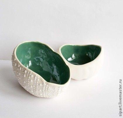 Комплект пиал-вазочек `Наутилусы А`. Керамические пиалы-вазочки из белой глины. Шершаво-бархатистая белая шкурка. У длинного Наутилуса А белый пупырчатый декор. Внутри сине-зеленая блестящая глазурь акватик.