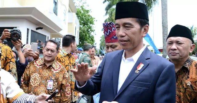 """Jakarta - Presiden Joko Widodo atau Jokowi angkat bicara soal wacana pemutaran Film G30S jelang akhir September. Menurut Jokowi film sejarah semacam ini penting terlebih bila dibuat sesuai milenial seperti sekarang ini. """"Ya menonton film apalagi mengenai sejarah itu penting"""" kata Jokowi di Jembatan Gantung Mangunsuko Magelang Jawa Tengah Senin 18 September 2017. """"Tapi untuk anak-anak milenial yang sekarang tentu saja mestinya dibuatkan lagi film yang bisa masuk ke mereka. Biar mereka paham…"""