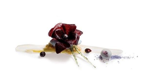 Violeta | Bajo una violeta de croquant de arándanos, un helado de violeta. En  la base, una salsa de chocolate blanco y yogur, streusel de azúcar  mascabado y arándano lacado. #AlbertAdria #NaturaBook #dessert
