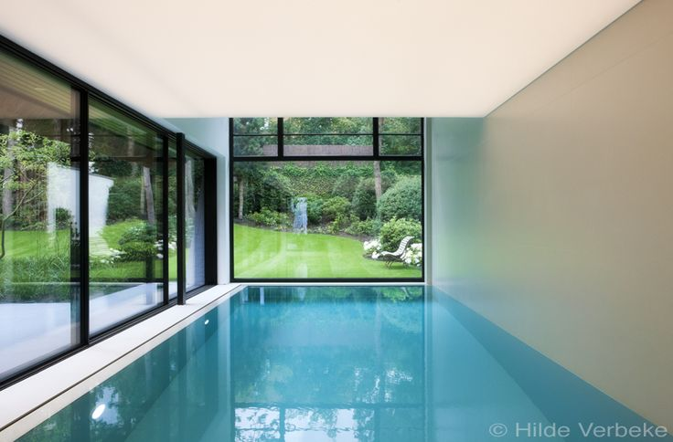 Design binnenzwembad bekleed in grote witte ceramische tegels