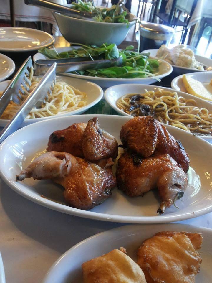 Galetos, massas e salada verde