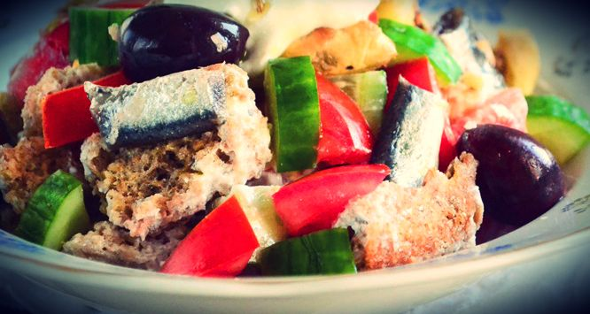 Δροσερή και νόστιμη σαλάτα!    Υλικά:  1 κρίθινο παξιμάδι 1 ντομάτα ψιλοκομμένη 1 αγγουράκι κομμένο σε κυβάκια 1 μελιτζάνα ψημένη, ξεφλουδισμένη και ψιλοκομμένη 100 γρ. κοπανιστή 3 φιλετάκια αντσούγιας ελαιόλαδο    Εκτέλεση:  Βρέχουμε το παξιμάδι με νερό για να μαλακώσ