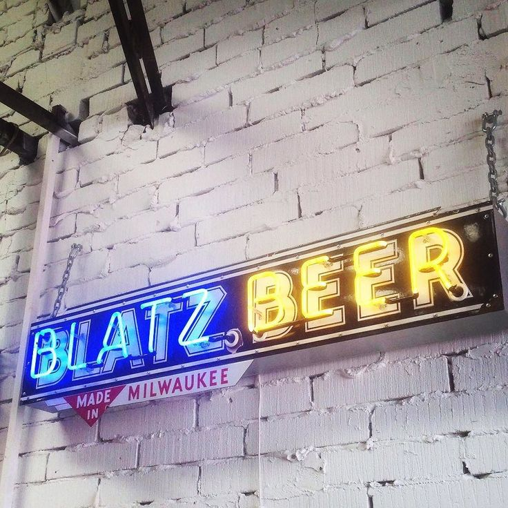 If you are after a rare vintage neon bar sign then this 1950's 'Blatz Beer' sign is perfect for you.