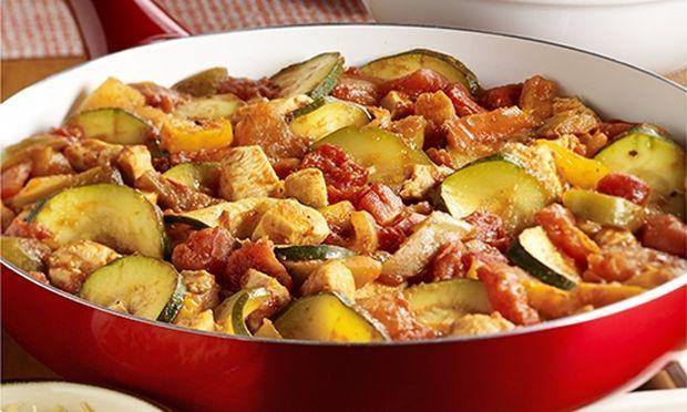 Κοτομπουκιές με κάρυ, πιπεριές και κολοκυθάκια.