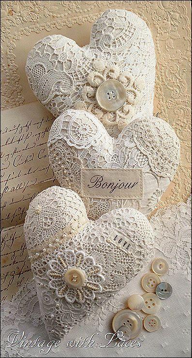 handmade shabby chic valentine ornaments | Cuori decorati con pizzo, ideali come dettagli romantici in salotto