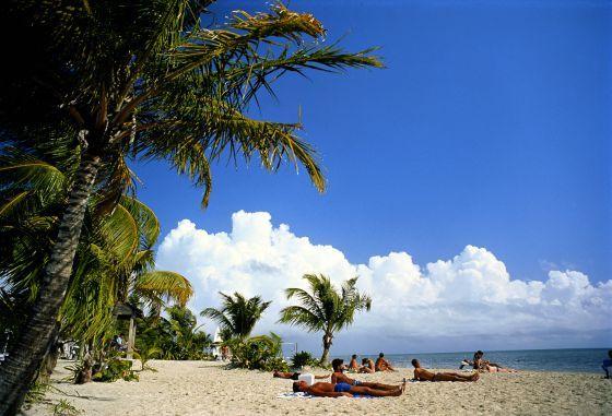 Playas de ensueño y buena comida. Pero no todo es sol y costa  yoga al aire libre en el  downtown  y galerías de arte nocturnas