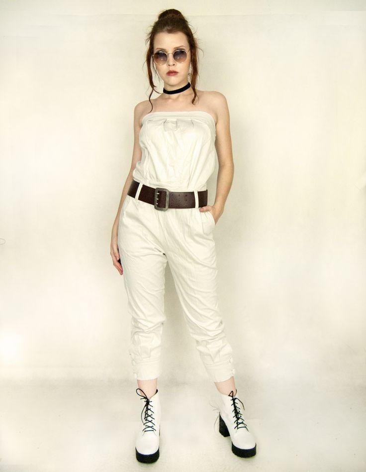 macacão off white usado com cinto grosso de couro ecológico e bota tratorada branca. | Garimpos e Usados de 2019 | Cinto grosso, Bota tratorada e Botas