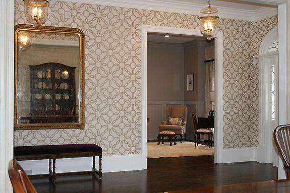 Ręcznie zdobiona okleina ścienna (tapeta) Rings kolor Metallic Gold na ścianach przedpokoju.