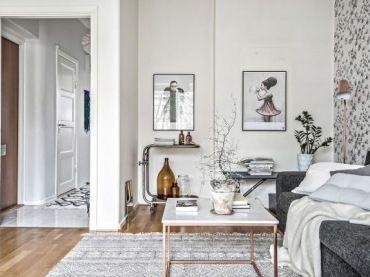 Wnętrze w przepięknych szarych, grafitowych i czarnych wzorach na tapetach sciennych, grafikach i dywanach na podłodze....