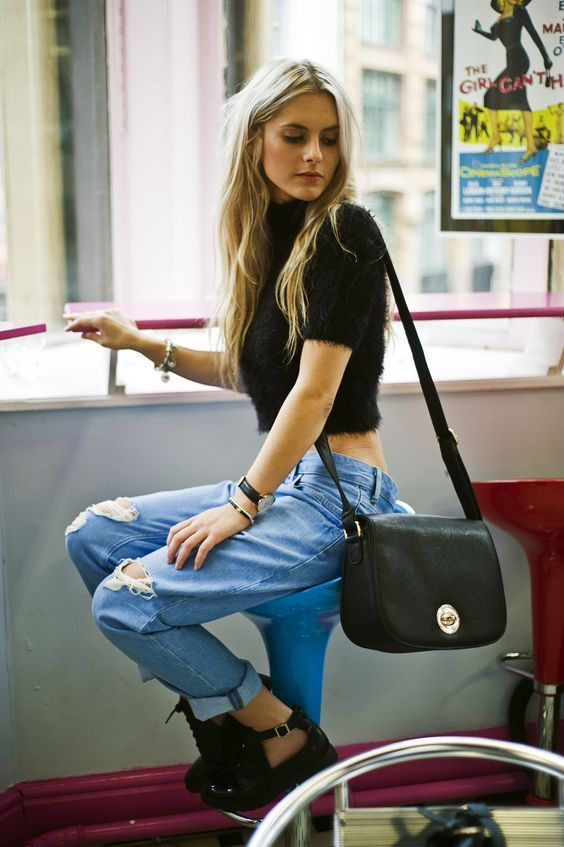 1990s Fashions You Should Totally Rock Again Cuffed boyfriend jeans with a short sleeve crop top and leather purse