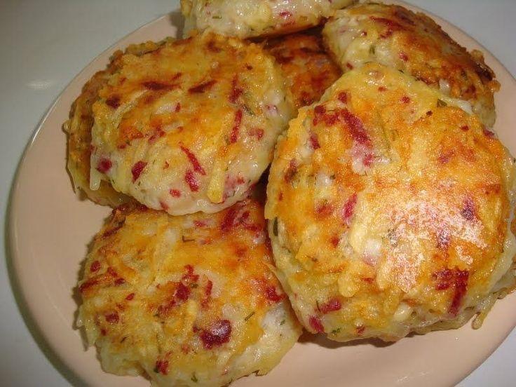 Драники с ветчиной, сыром и зеленью  Ингредиенты:  картофель - 6 шт. луковица - 1 шт. ветчина / любые колбасные изделия - 200 гр. сыр твёрдый - 200 гр. яйца - 2 шт. укроп мука - 4 ст.л. соль перец масло растительное  Приготовление:  1. Лук, ветчину, картофель и сыр натереть на крупной тёрке. 2. Добавить яйца, муку, измельчённый укроп. Посолить. Поперчить. Хорошо перемешать. 3. Выложить массу на сковороду с помощью ложки, придавая ей форму лепёшки. 4. Обжарить с двух сторон до золотистой…