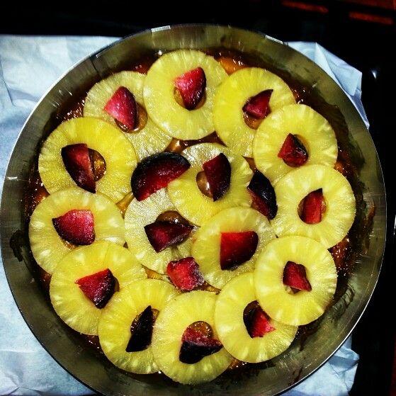 Ananasli kek  Altina karemel seker yani uzerine ananas ve cilek veya erik bogurtlen ne varsa koyulur.Biraz ananas suyu dokulur.(ananaslarin uzerini az gecsin )Kati bir kek yapilir uzerine dokulur. @htcuzumcuoglu kek tarifini tarife gore yapmak her zaman iyidir interneten orjinal tariflerde sekeri fazla azaltin tadi guzel olsa da asiri sekerli oluyor. #ananas #kek #cake