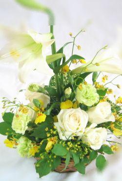白ユリとオンシジュームのお供えの花 四十九日を過ぎたら、少しお色を入れて、 癒しの花を。