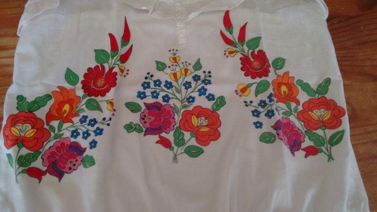 Blusa pintada a mano.