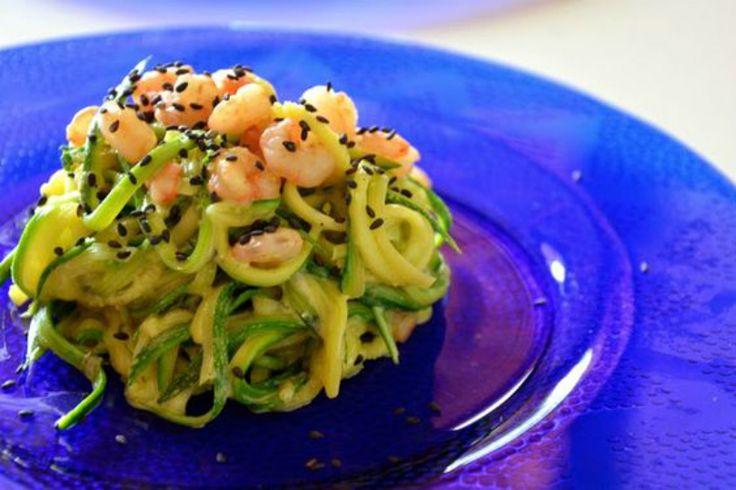 Spaghetti light di zucchine e gamberetti: ricetta leggera, ma gustosa da servire come sostituto della pasta tradizionale anche per un pranzo fuori casa.