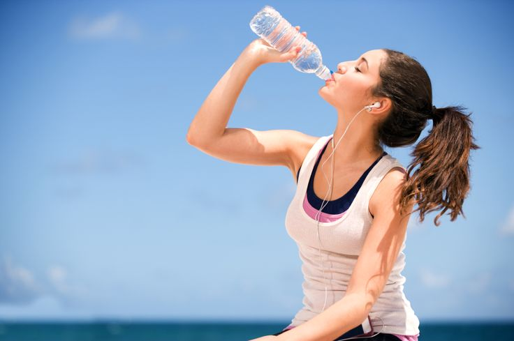 Con questa dieta bastano 8 bicchieri di semplice acqua al giorno per svegliare il tuo metabolismo e perdere una taglia in un mese, eliminando i gonfiori.