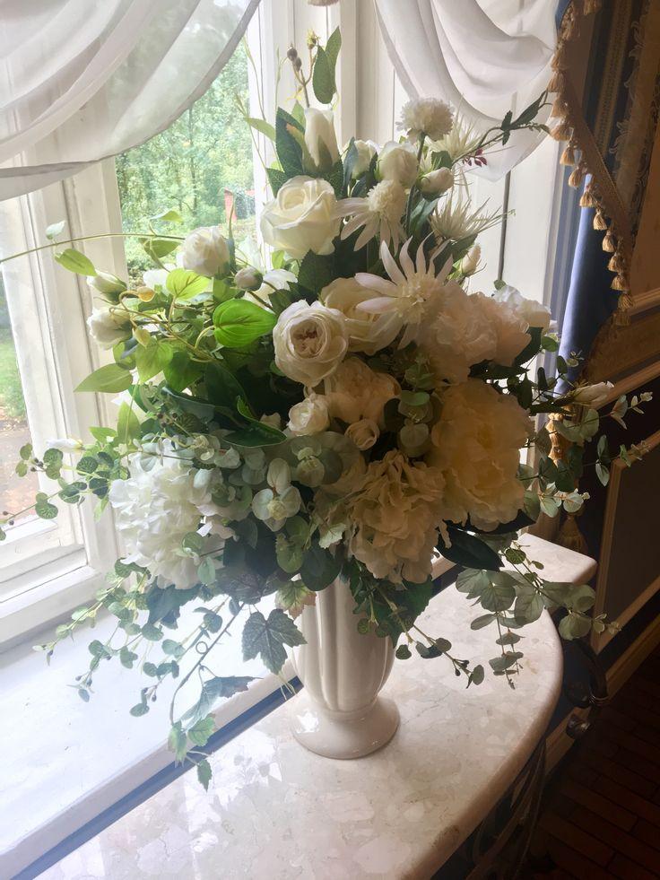 bukiet sztucznych kwiatów z naszej pracowni w restauracji Hotelu Aleksander