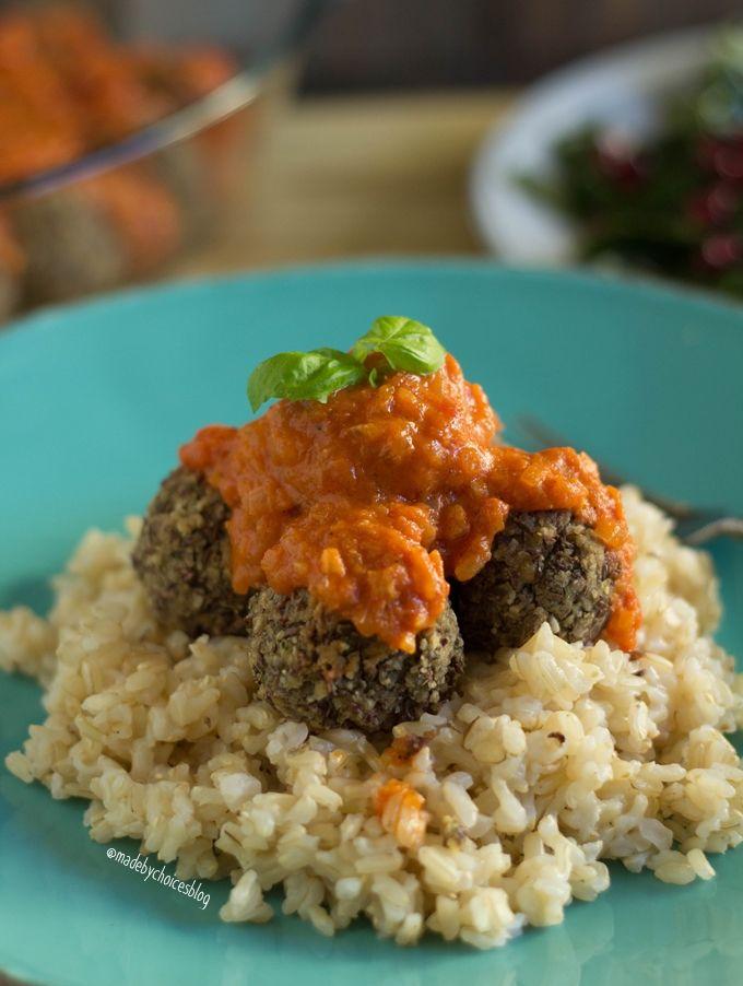 Receita de Almôndegas de feijão azuki, sem gluten, vegan e deliciosas. Acompanhadas com arroz integral, molho de tomate e acelgas a vapor.