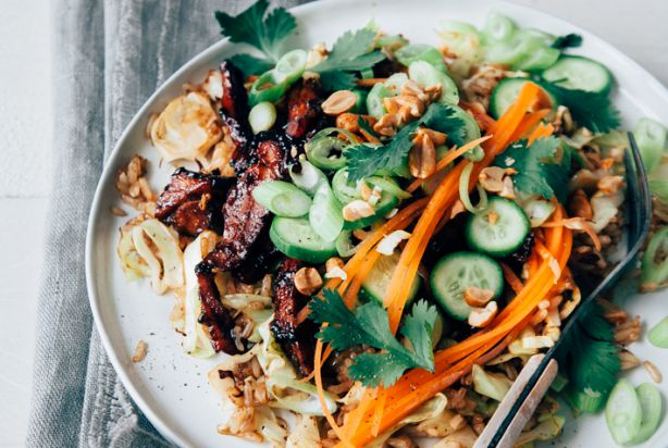 De kleverige Koreaanse kip alleen al, zonder de gebakken rijst en de frisse komkommer en wortelsalade, kun je gewoon prima op een schaal leggen en een rondje laten doen bij de borrel. Zo lekker is het! Natuurlijk kunje doordeweeks beter het hele receptmaken, de gebakken rijst, die kleverige kip, de salade en de pinda's er bij. Dat is een stuk gezonder.