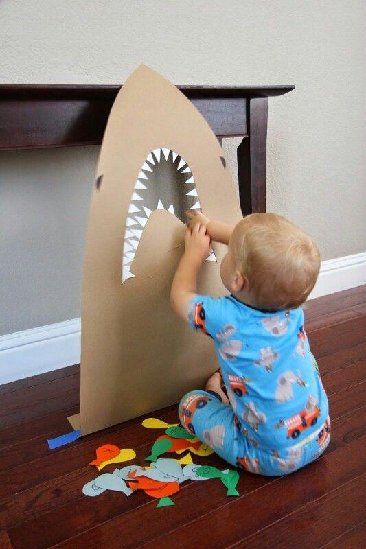 Hay que darle al tiburón peces para que no nos ataque. Los peces llevan letras, así irán reconociendo la letras. Se puede hacer con palabras.