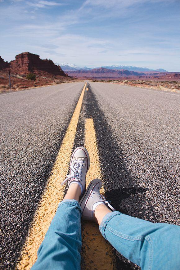 Para fazer essa foto é só pegar um tênis e uma calça bem legais mesmo e sentar na estrada, mas de tiver carro passando não faço isso. Tire em uma rua não muito movimentada e não tire sozinha. Tem que ter alguém pra ter avisar se esta vindo um carro ou não..