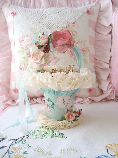 Pretty pastel flowers aroud the rim of a painted basket good for flower girls Cesta adornado con rosas perfecto para comuniones y después para Corpus Criste