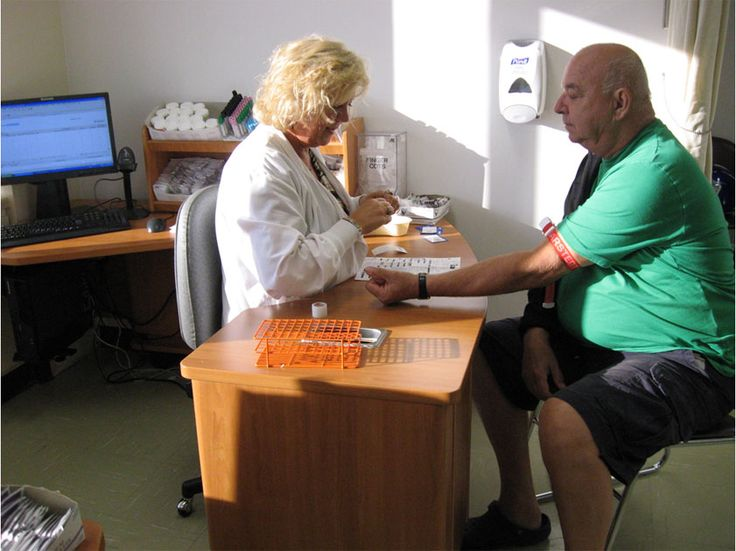 Table de prélèvement sanguin (phlébotomie) avec poste informatique intégré - Ajustable en hauteur