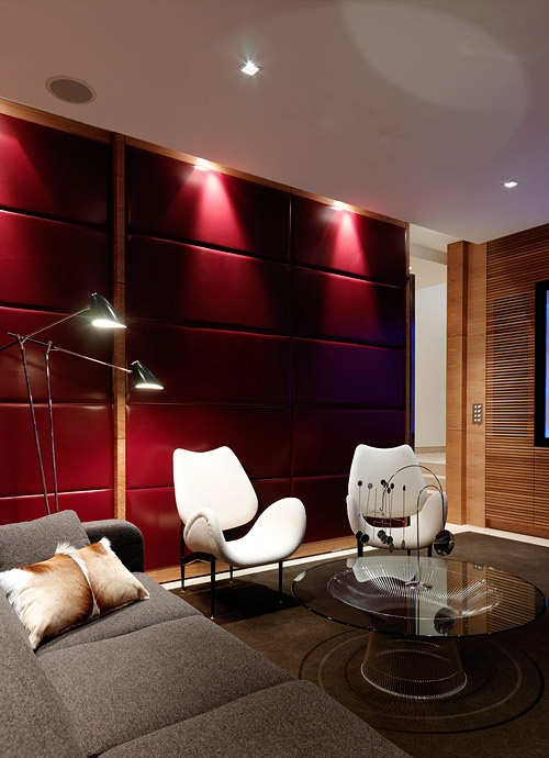 A Sydney lounge / home theatre by interior designer Michael Bechara. See more of his work as part of David Clark's Edit on the Temple & Webster blog: #mediaroom #hometheatre #sydney