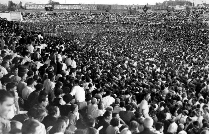 Imagen del campo de Mestalla, repleto de gente, durante un mitin antifascista organizado por el Frente Popular de Valencia, en agosto de 1936 ARCHIVO ABC