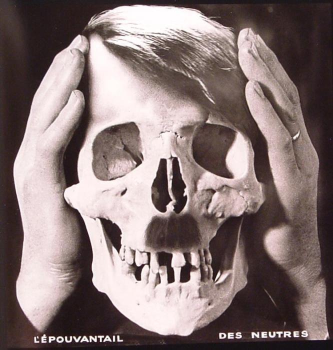 John Heartfield - L'épouvantail des neutres John Heartfield (Helmut Herzfeld) 1891 1968 Peintre et photographe introduit par George Grosz dans le Dadaïsme. Pionnier du photomontage modenre 1933 fuit l'Allemagne y retourne en 1950