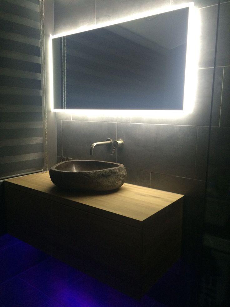 Wastafelkast eikenhout White wash behandeld  Rivierstenen waskom Gekleurde led verlichting onder wastafelkast  Spiegel met led verlichting en anti-condens
