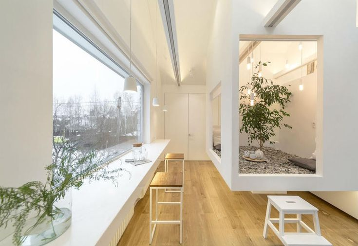 Per un mini appartamento a Mosca Ruetemple ha pensato a un'innovativa soluzione d'arredo total white ispirata ad una antica tradizione giapponese