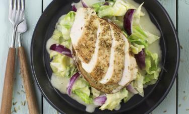 Fänkålsstekt kyckling med honungsfräst spetskål och dijonsmörsås