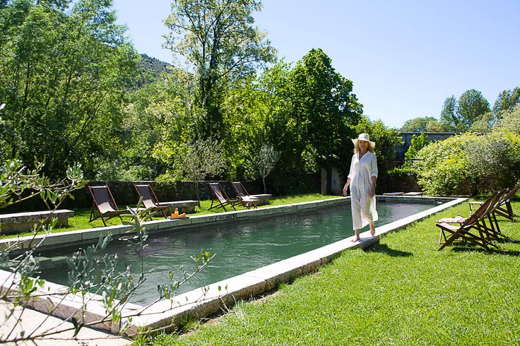 La piscine. Le bassin de nage est orientée plein sud. Il est entouré d'une grande pelouse, d'estrades protégées du soleil par des tauds, d'une pergola ombragée, de palmiers, d'oliviers. Il est facile de trouver dans ce large espace, sa place au soleil ou bien à l'ombre, au choix. Les siestes sont délicieuses.