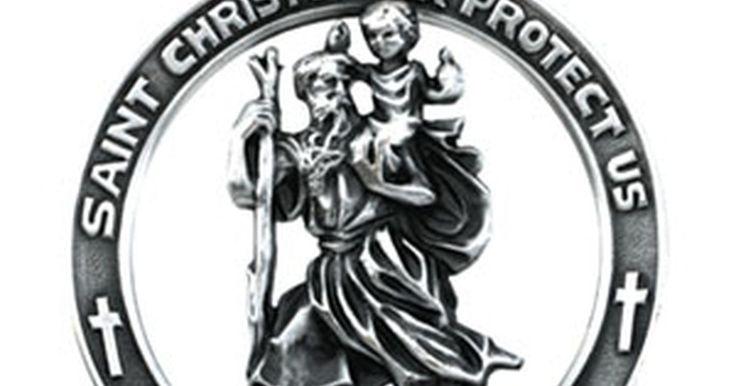"""Qual é o significado da medalha de São Cristóvão?. São Cristóvão é conhecido como o santo padroeiro dos viajantes e seu nome significa """"portador de Cristo"""". Embora tenha sido descanonizado no final do século XX pela Igreja Católica Romana, suas medalhas ainda são usadas. Acredita-se que ele tenha vivido no século III, durante o reinado de Décio."""