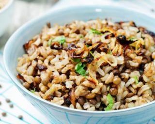 Riz végétarien aux lentilles et aux oignons : http://www.fourchette-et-bikini.fr/recettes/recettes-minceur/riz-vegetarien-aux-lentilles-et-aux-oignons.html