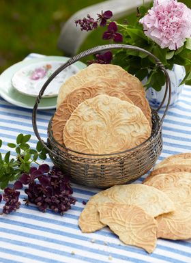 Gode råd-kager  De sprøde Gode råd-kager er populære i december, og kan laves til både krumkager og kræmmerhus.