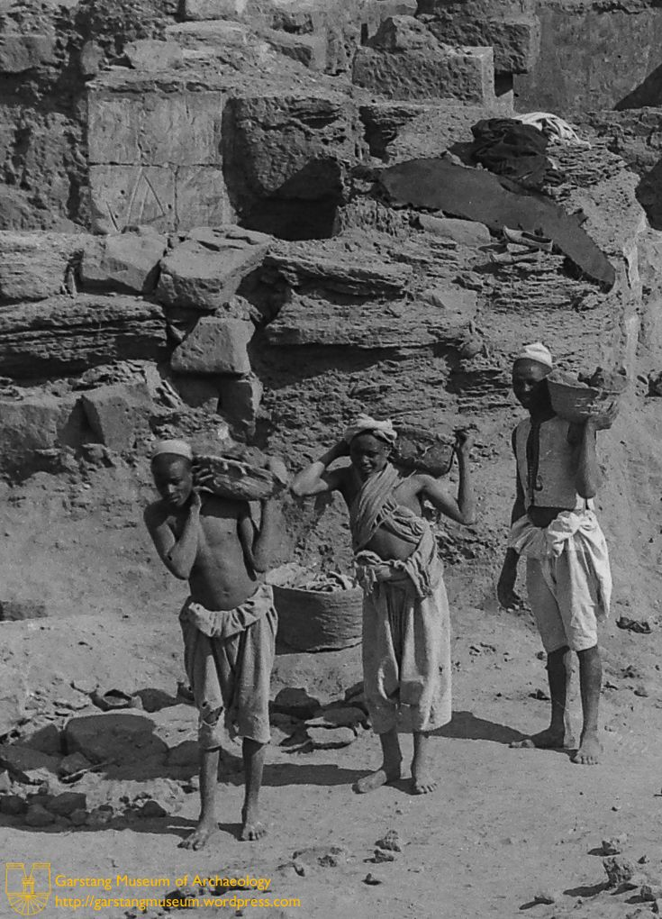 Detail from JG-M-J-022 (1912) – Three workmen carry debris from the site during the excavations of Meroë.