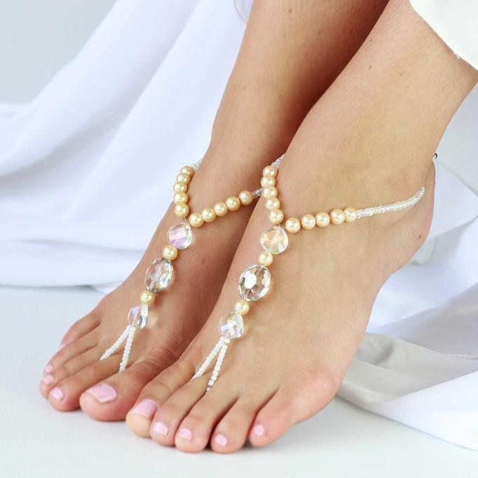 7 ЛЕТНИХ СВАДЕБНЫХ ИДЕЙ 3.  Если Вы планируете провести регистрацию на пляже, то позаботьтесь о красивом украшении для ног. Плетеные из бисера и кружевные браслеты на ногу прекрасно подчеркнут летний образ невесты #идеидлясвадьбылетом #свадьбалетом #свадьбавкрыму #свадьбадекор #wedsy #вдохнохновение #wedding #weddinginspirstion #свадьбауморя #образневесты