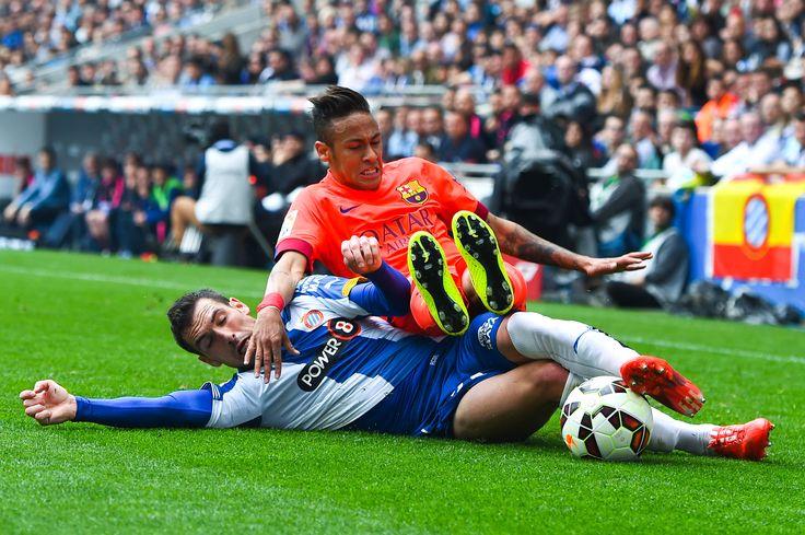 Défenseur du RCD Espanyol De Barcelona qui a subtilisé la balle  a l'attaquant du FC Barcelone Neymar #RCDEspanyolDeBarcelona #Liga #Joma #9ine @Espanyol