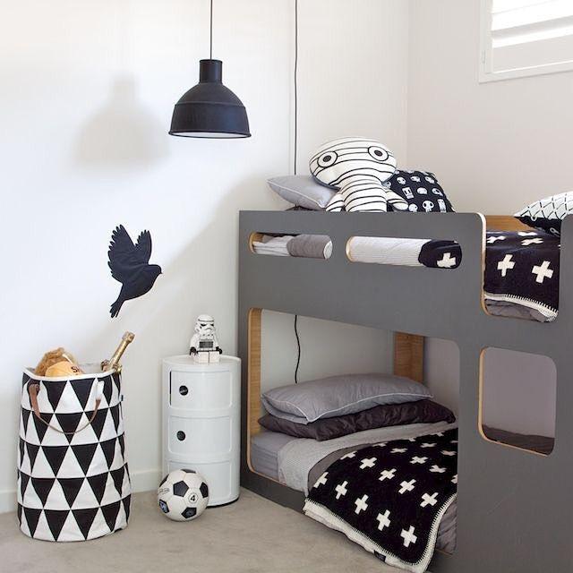Ideas de decoración en tonos blanco y negro incorporando la famosa cross blanket #crossblanket #dormitoriojuvenil #trenddecor
