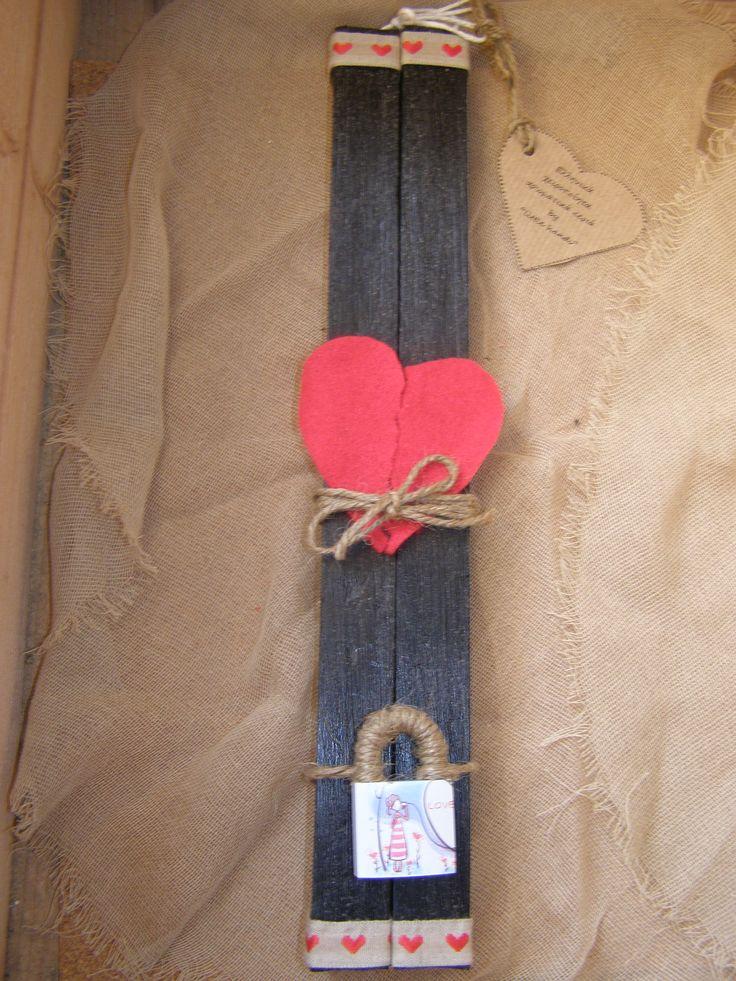 Ζευγαρωτές και αγαπησιάρικες.. Πρωτότυπα μαύρα ρουστίκ κεριά φυσικά αρωματισμένα με τσόχινη καρδιά και λουκέτο για να σφραγίσετε την αγάπη σας...