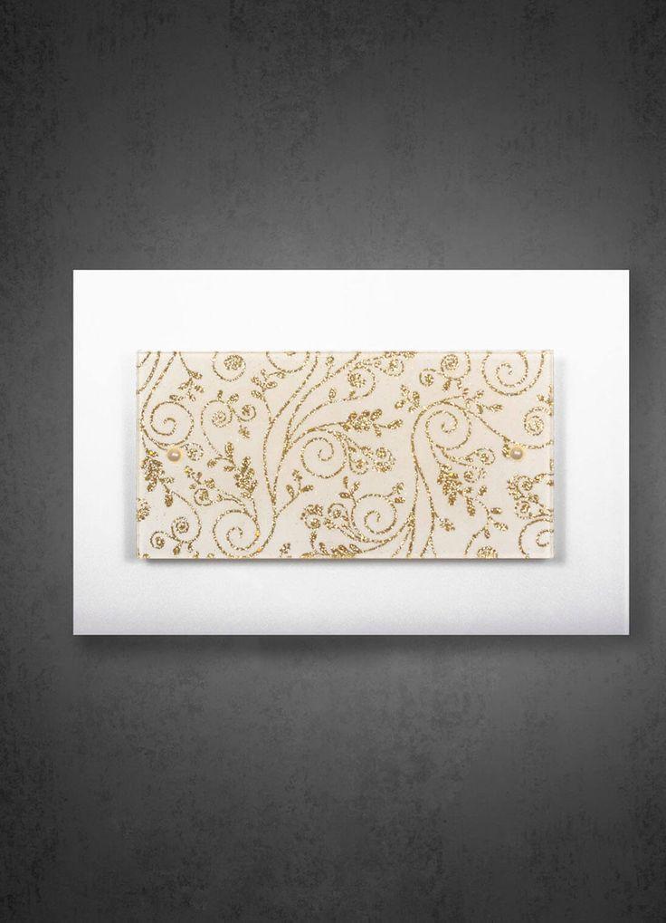Бра или потолочный светильник с декорированным стеклом.