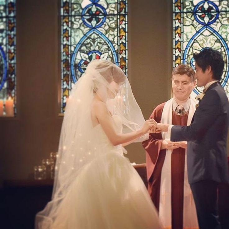 指輪の交換はスムーズにでき、ほっとしたそう。  当日は緊張もあり見る余裕がなかったそうですが、チャペルのステンドグラス、キャンドルの装飾がとても見事で、絵本に出てくる結婚式のようですね!