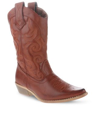 Step out in style in theseWestee CowboyBootsby Bronx Women.This timeless design showcases a pointed,upturned nose and a synthethic upper. Tan in colour it boasts a heelmeasuring 4cm high, while embroidered patterns complete this old school style.Ideal for a casual occasion, pair it with a summery, white dress for acarefree, bohemian ensemble.