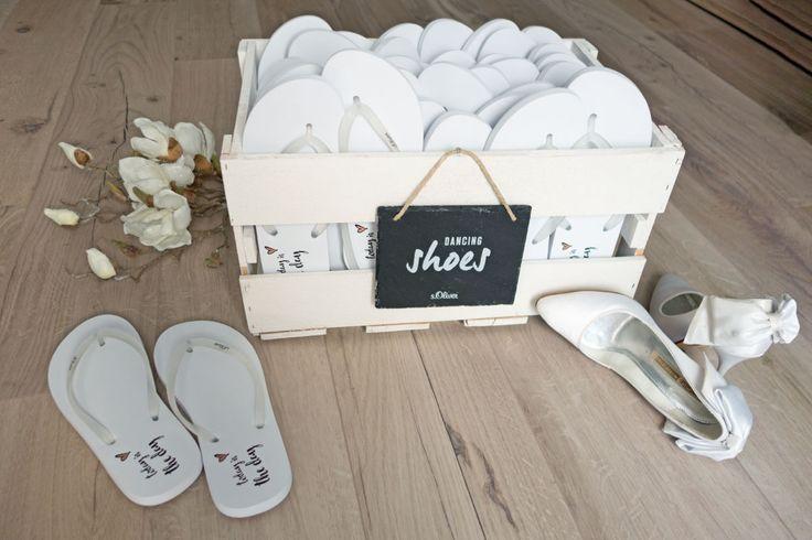 Eine Holzkiste / Kiste voller Flip Flops für müde Tanzfüße von s.Oliver <3  #FlipFlops
